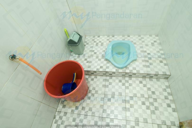 Tampilan kamar mandi losmen kang amir pangandaran<br /> bungalow 2 kamar di lantai 2